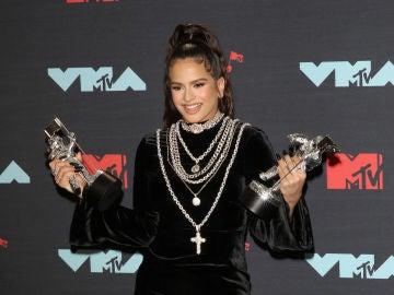 Rosalía con sus dos galardones durante los MTV VMAs 2019