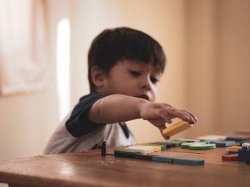 Un niño jugando con unas piezas