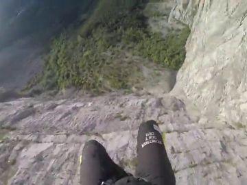 El espeluznante aterrizaje de un saltador base en Italia: se golpea con la montaña y termina estrellándose
