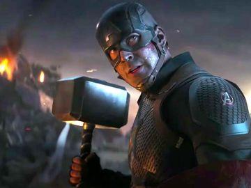 Capitán América junto a Mjolnir