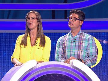 Unos tiburones y el público de 'El juego de los anillos' dan buena suerte a dos concursantes