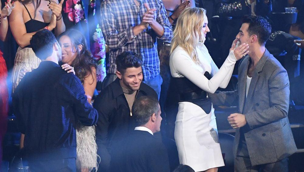 Nick Jonas en medio de sus hermanos, Joe y Kevin Jonas, en los MTV VMA