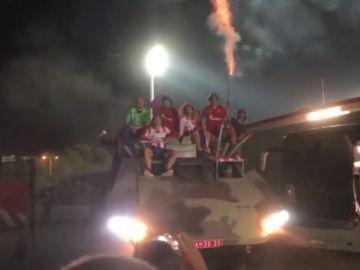 Los jugadores del Estrella Roja celebran el pase a la Champions en un tanque de la guerra de Yugoslavia