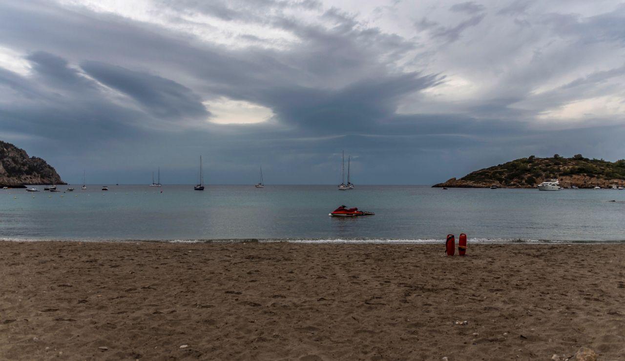 Vista de la playa de Sant Elm en Palma de Mallorca vacia este martes como consecuencia de la lluvia que cae en Baleares.