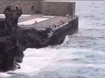 Unos jóvenes desafían el oleaje tirándose desde un peligroso acantilado en San Telmo, Tenerife