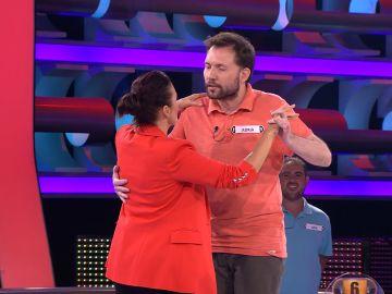 El divertido baile ente Silvia Abril y un concursante de 'Ahora caigo'