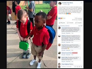 El momento en el que un niño consuela a otro que lloraba en su primer día de clase