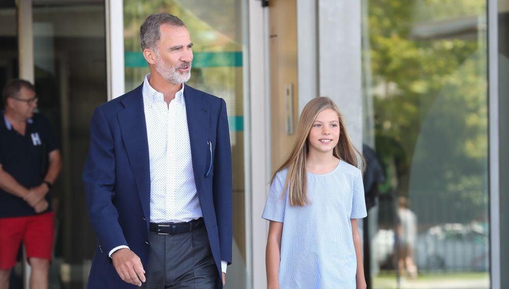 El rey Felipe y la infanta Sofía tras visitar a Don Juan Carlos