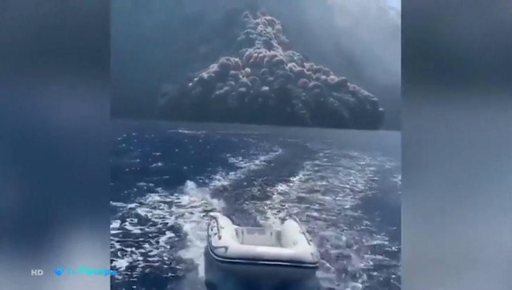 La impresionante erupción del volcán Stromboli en Italia casi alcanza a los turistas