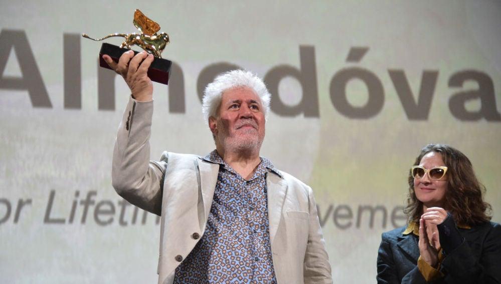 Pedro Almodóvar con el León de Oro