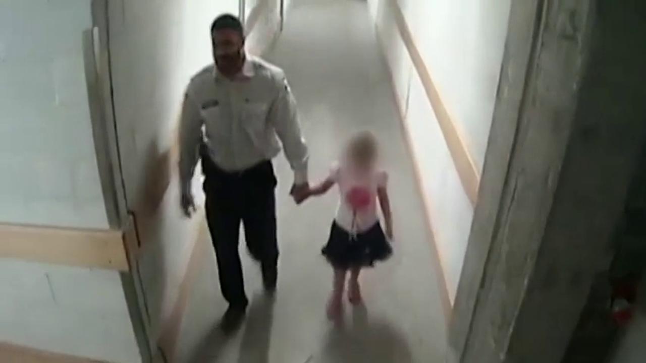 Vídeo: Un vigilante de seguridad abusa sexualmente de una niña que se había perdido