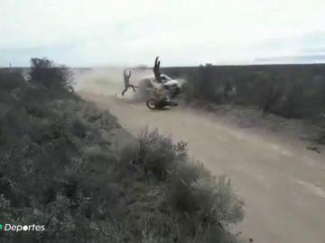 Durísimas imágenes: escalofriante choque frontal de un coche y una moto en un rally