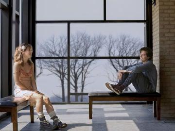 Haley Lu Richardson y Cole Sprouse en 'A dos metros de ti'