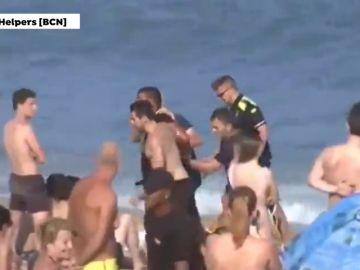 Detenido un hombre que intentaba huir a nado en la playa de la Barceloneta