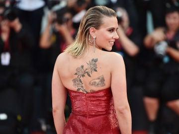 Scarlett Johansson muestra sus tatuajes en la alfombra roja del Festival de Venecia