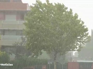 Los servicios de emergencias gestionan varias decenas de avisos por tormentas en Madrid