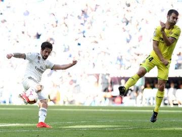 Isco Alarcón lanza ante Manu Trigueros del Villarreal CF