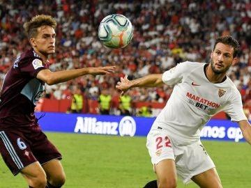 Franco Vázquez lucha con Denis Suárez