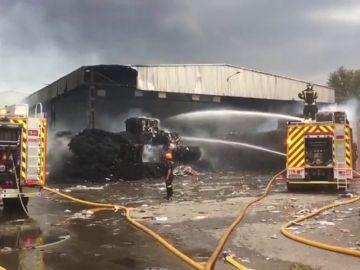 Aparatoso incendio en una planta de papel en Vicálvaro