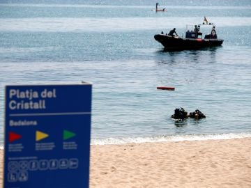 Cierran el acceso a una playa de Badalona tras hallar un artefacto en el agua