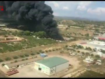 Los bomberos trabajan en un incendio en una chatarrería en Tarragona que ha calcinado 100 coches