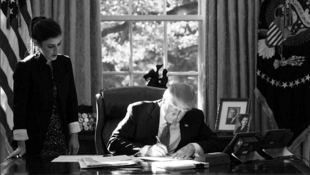 Madeleine Westerhou junto a Donald Trump en el Despacho Oval