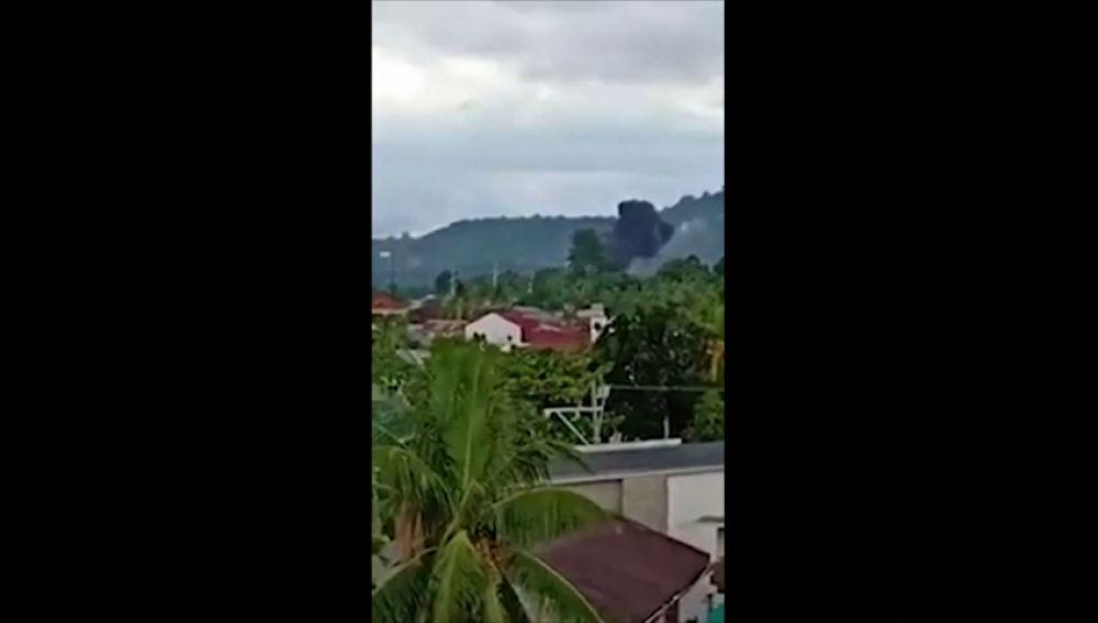 El momento en el que un avión con ocho personas se estrella contra un resort en Filipinas