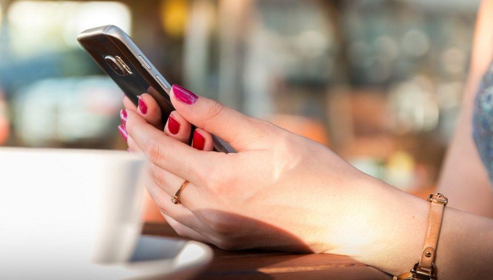 Mujer con un teléfono móvil