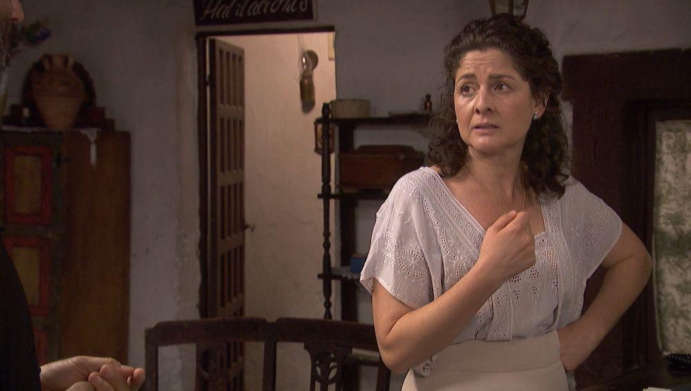 Marina sospecha que Esther se ha fugado con su anterior novio