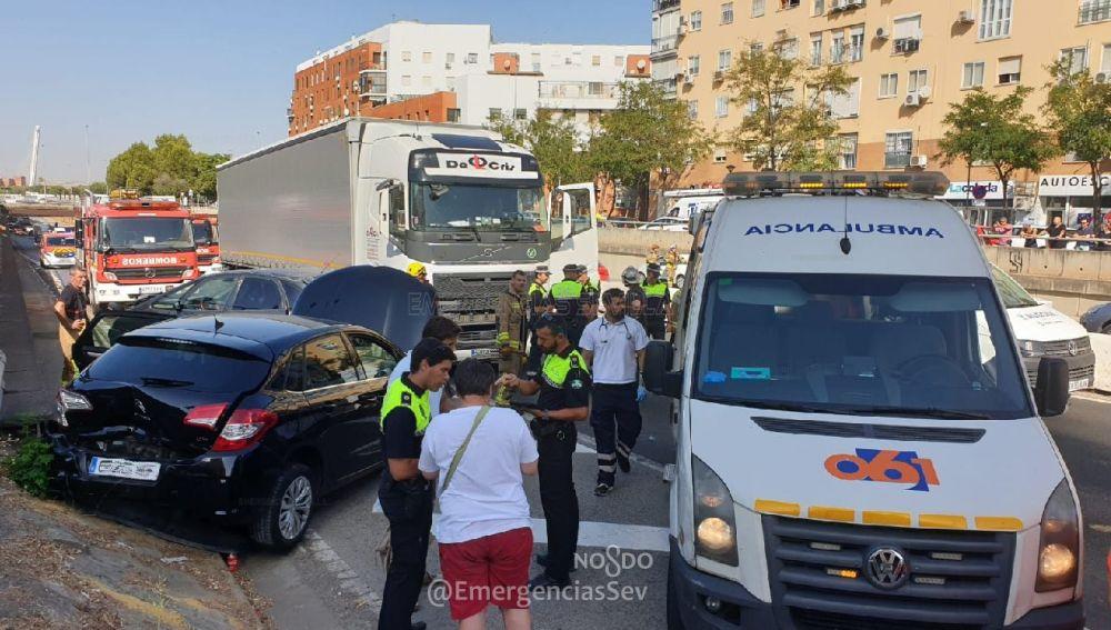 Heridas seis personas tras un siniestro entre un camión y dos turismos en la Ronda Urbana Norte de Sevilla