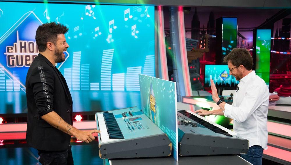 El divertido duelo a piano entre Pablo López y Pablo Motos en 'El Hormiguero 3.0'