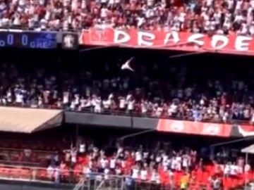 El aficionado cae desde la grada de un estadio
