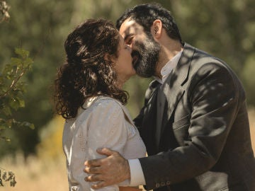 Berengario y Marina se besan en El secreto de Puente Viejo