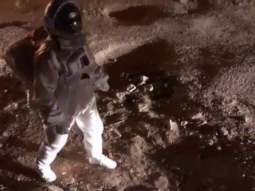 Un artista indio simula estar paseando por Marte para quejarse por el estado de las calles de su país