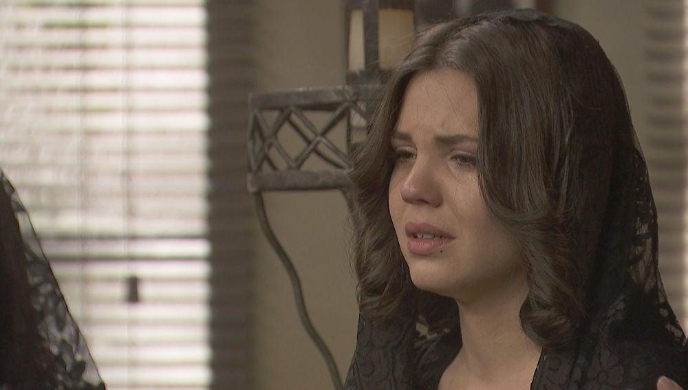 Marcela en el entierro de su padre Paco