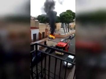 Un hombre incendia el coche de su expareja y muere atropellado tras huir con su hija de cuatro años