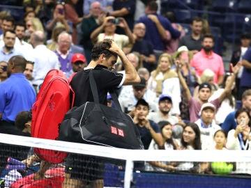 Roger Federer abandona la pista central del US Open tras caer ante Dimitrov