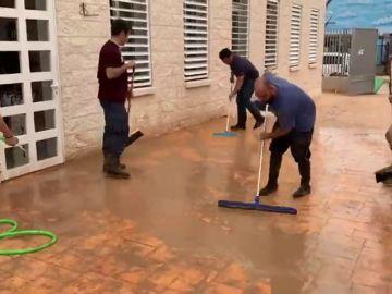 Egea se suma a las tareas de limpieza en San Javier tras el paso de la DANA