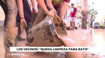 Los vecinos de Los Alcázares intentan restablecer la normalidad limpiando las calles llenas de barro