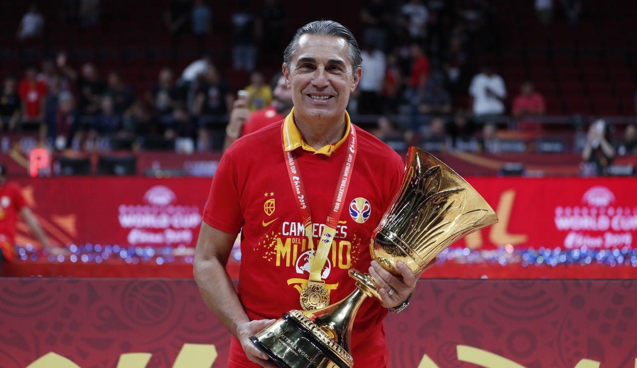 Sergio Scariolo con la Copa de campeón del mundo