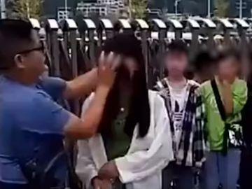 Un profesor chino desmaquilla a las alumnas a la entrada de clase