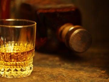Imagen de archivo de una botella y un vaso de alcohol