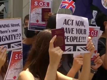 """Los manifestantes de Hong Kong cantan """"Dios salve a la Reina"""" para llamar la atención de Reino Unido"""