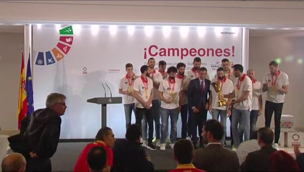 El presidente Pedro Sánchez recibe en la Moncloa a los campeones del Mundial de baloncesto