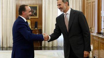 El rey Felipe VI saluda al líder de la coalición Navarra Suma, Javier Esparza