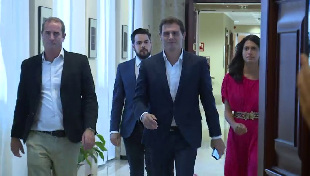 Rivera y Casado se reúnen esta tarde en privado para analizar una eventual abstención que haga presidente a Sánchez