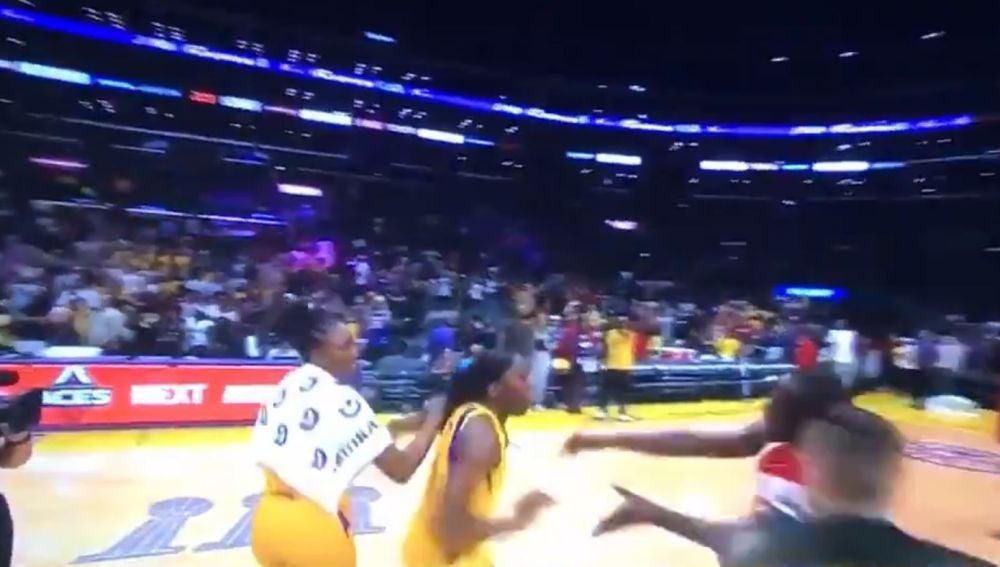 Momento del intento de la agresión en el Staples Center