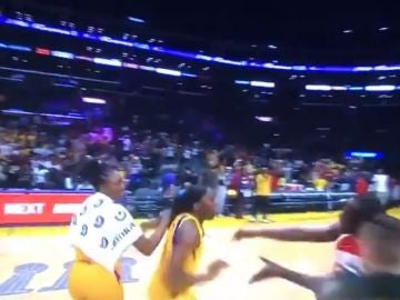 Momento del intento de la agresión en el Staples Center