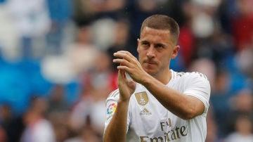 Eden Hazard aplaude a los aficionados del Real Madrid