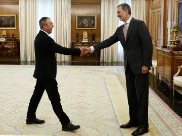 El rey Felipe VI saluda al diputado de Compromís, Joan Baldoví, dentro de la ronda de consultas